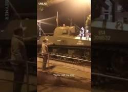 Enlace a Gran discusión de un padre e hijo que está montado en un tanque y le ordena bajarse