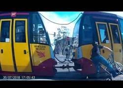 Enlace a El tremendo accidente de este tranvía que se lleva por delante a un ciclista