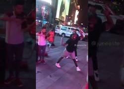 Enlace a La diversión de los neoyorkinos cuando escuchan un violín