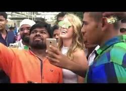 Enlace a Si eres una persona rubia y apareces por Mumbai todo el mundo quiere fotos contigo