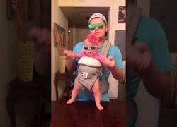 Enlace a El divertido baile de este padre y su hijo vestido de forma muy molona