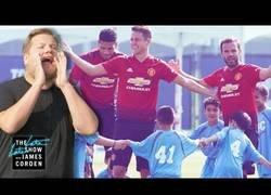 Enlace a 100 niños entrenados por James Corden se enfrentan a 3 jugadores del Manchester United