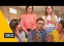 Enlace a Juan Carlos Monedero se rodea de varias mujeres para ser un señoro