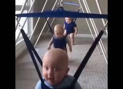 Enlace a La canción perfecta para estos bebés, saltarines jugando con su saltador