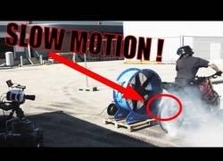 Enlace a Viviendo una explosión de neumático en slow motion