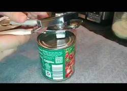 Enlace a La manera más efectiva de abrir una lata con un abrelatas