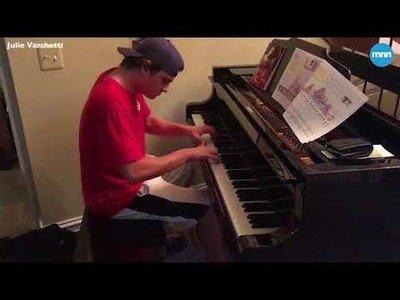 Piden una pizza y el repartidor les pide tocar el piano de su salón