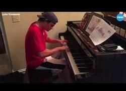 Enlace a Piden una pizza y el repartidor les pide tocar el piano de su salón