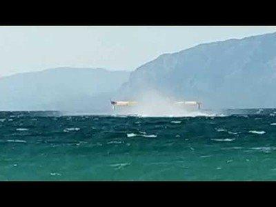 Bomberos en hidroaviones recogen agua del mar de Grecia para apagar incendios