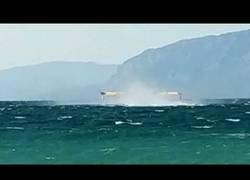 Enlace a Bomberos en hidroaviones recogen agua del mar de Grecia para apagar incendios