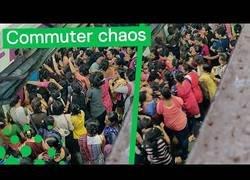 Enlace a Agobio es esperar el tren en la India en hora punta