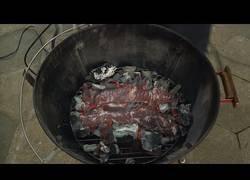 Enlace a Cocinando carne directamente encima del carbón