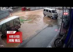 Enlace a Dos chicas caen sobre un gran agujero cubierto de agua por culpa de las lluvias