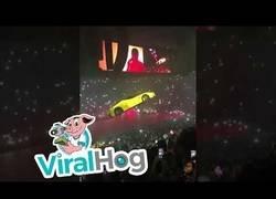 Enlace a Hacen volar un Ferrari en mitad de un concierto por encima del público