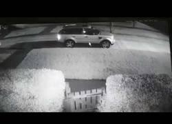 Enlace a Un tipo desnudo logra en plena noche que un ladrón no le robe el coche