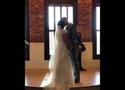 Enlace a El grito más desagradable que se escuchó tras tener permiso para besarse en la boda