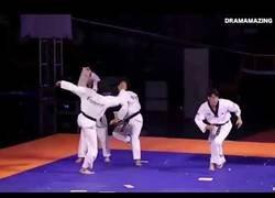 Enlace a La increíble exhibición de estos cinturones negros de Taekwondo que te dejarán alucinando