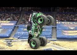 Enlace a La gran habilidad del conductor de este Monster Truck controlándolo a dos ruedas