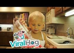 Enlace a Este niño de 2 años esta aprendiendo a hacer  su primera tarta