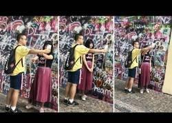 Enlace a Turista usando a su novio como trípode: se ve bien ridícula la escena