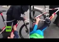 Enlace a Violento robo de bicicleta