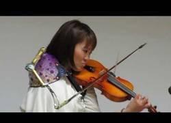 Enlace a Manami Ito-san: la mujer capaz de tocar el violín con un brazo solo