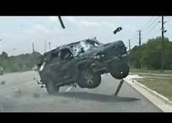 Enlace a Una mujer sale disparada de su coche tras una tremenda persecución con la policía