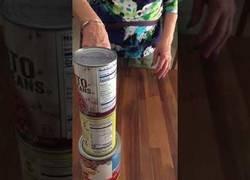 Enlace a Una adorable abuelita de 80 años se graba haciendo el bottle flip encima de unas latas de conserva