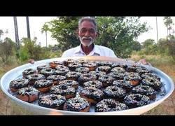 Enlace a La deliciosa receta casera de este abuelo cocinando donuts para toda la aldea