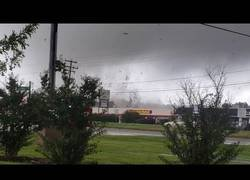 Enlace a El huracán Florence se convirtió en Tornado y grabaron el momento justo en el que arrasa varios edificios en Virginia