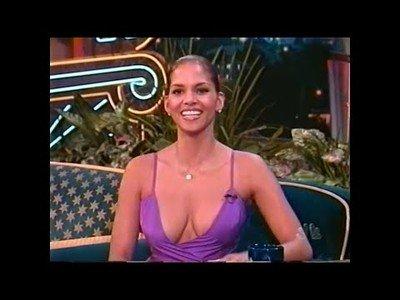 Halle Berry en 1998 en una entrevista con un increíble vestido. Hasta el presentador se desconcentra