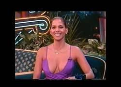 Enlace a Halle Berry en 1998 en una entrevista con un increíble vestido. Hasta el presentador se desconcentra