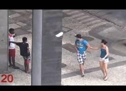 Enlace a Así roban los niños de Río de Janeiro a los turistas