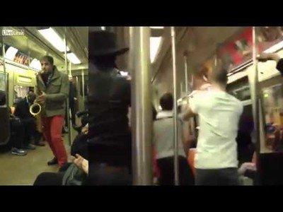 Se embarcan en una batalla con su saxo en pleno metro de NYC