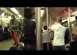 Enlace a Se embarcan en una batalla con su saxo en pleno metro de NYC