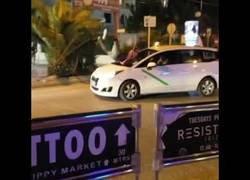 Enlace a Peatón se lanza a la luna de un taxi en Ibiza