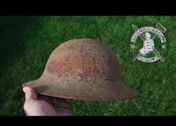 Enlace a Restaura un casco súper oxidado de la Segunda Guerra Mundial y lo deja como nuevo