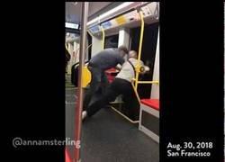 Enlace a Dos hombres intentan tirar del metro a otro por ir con la música alta