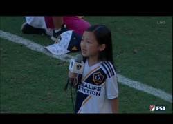 Enlace a Zlatan Ibrahimović alucinando con como canta esta niña el himno de USA