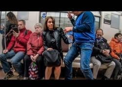 Enlace a Activistas derraman agua en hombres que viajan en el metro con las piernas abiertas