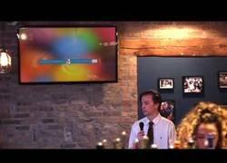 Enlace a Este tipo está revolucionando internet con su gran entusiasmo al cantar 'Tequila' en un karaoke