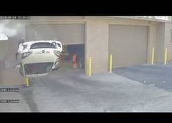 Enlace a Nadie sabe como ese coche terminó ahí arriba