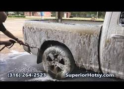 Enlace a Esta camioneta cambia totalmente de color tras un duro lavado