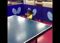 Enlace a El alucinante nivel de esta niña pequeña asiática jugando al ping pong