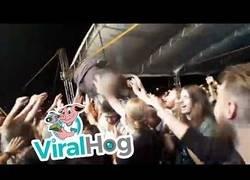 Enlace a Fue a saltar sobre el público en pleno concierto pero algo fue realmente mal