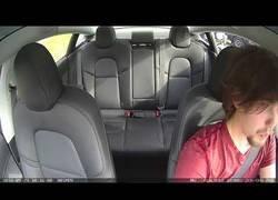 Enlace a Detienen a este conductor pidiéndole que apague el portátil del coche (que es la pantalla del Tesla Model 3)