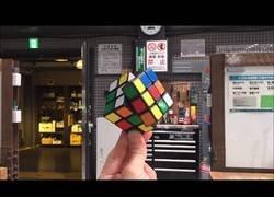 Enlace a Cubo de Rubik resolviéndose de forma automática
