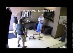 Enlace a Entró a robar a una tienda y terminó KO por el golpe que le dio el dueño en la cabeza con un bate
