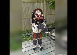 Enlace a Le dice a su abuela que su personaje favorito es Predator y le hace este maravilloso disfraz totalmente tejido
