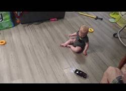 Enlace a Un bebé alucinando con los derrapes de un coche